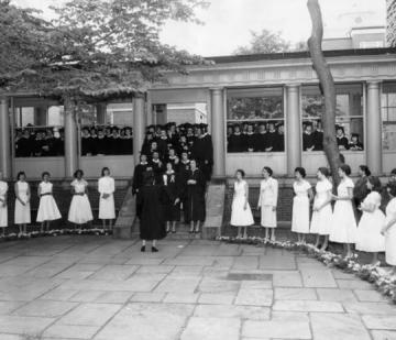 Students gathered for a photo on Class Day 1955