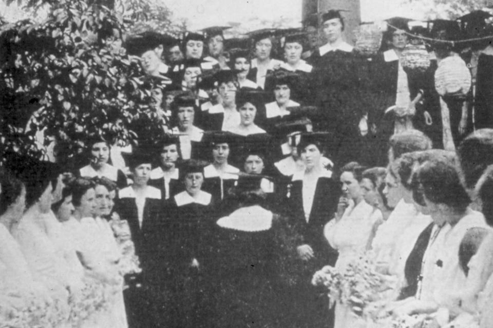 Simmons graduates step singing in 1918.